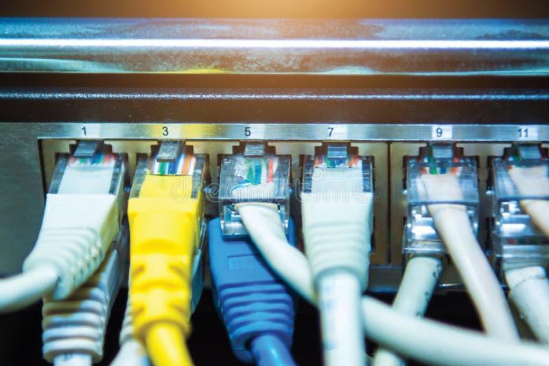 Technologie en communicatie, de dienstkabinetten met verbonden draden, koorden stock afbeelding