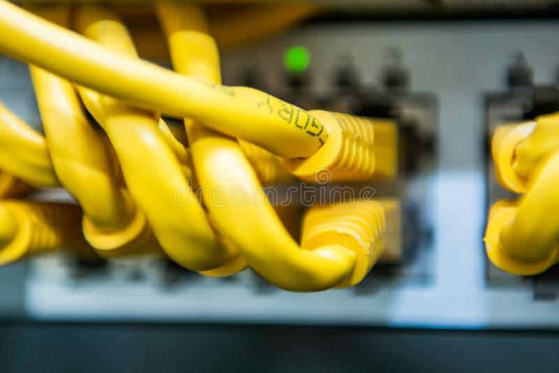 Technologie en communicatie, de dienstkabinetten met verbonden draden, koorden royalty-vrije stock foto's