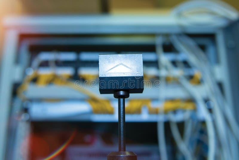 Technologie en communicatie, de dienstkabinetten met verbonden draden, koorden stock fotografie