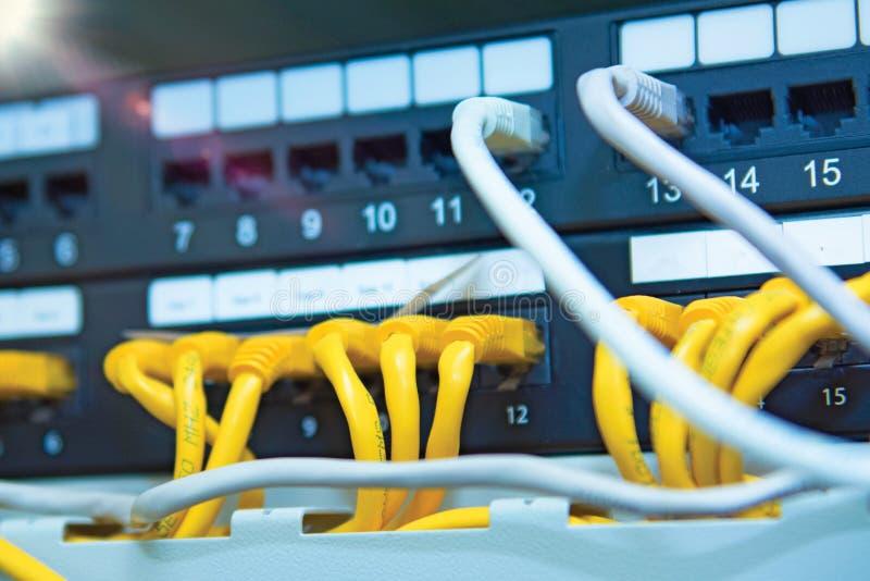 Technologie en communicatie, de dienstkabinetten met verbonden draden, koorden royalty-vrije stock foto