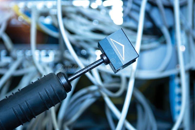 Technologie en communicatie, de dienstkabinetten met verbonden draden, koorden royalty-vrije stock fotografie