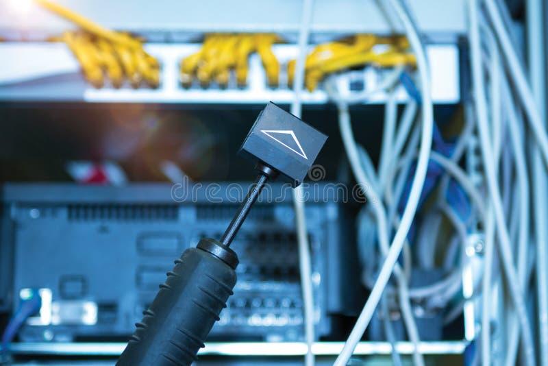 Technologie en communicatie, de dienstkabinetten met verbonden draden, koorden stock foto