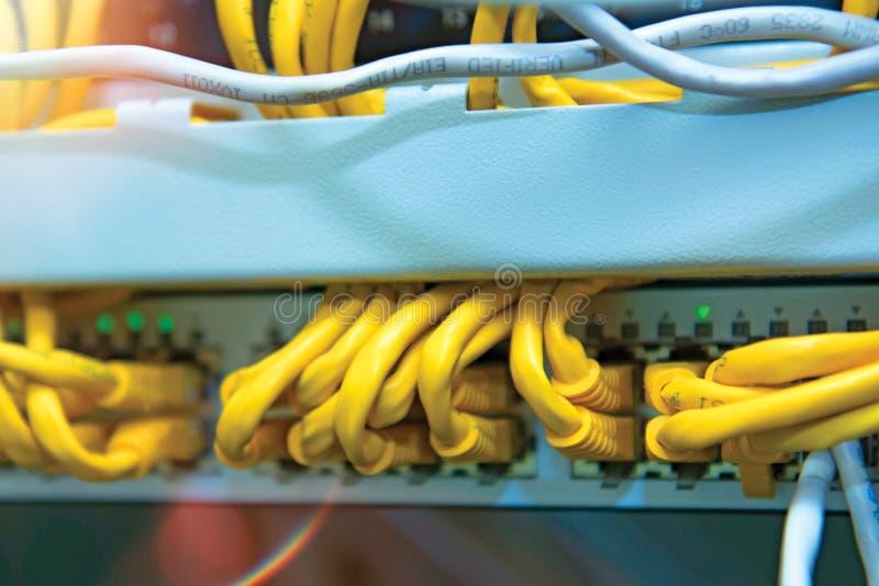 Technologie en communicatie, de dienstkabinetten met verbonden draden, koorden royalty-vrije stock afbeelding
