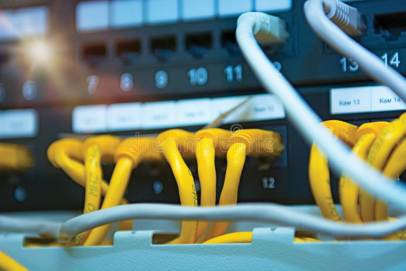 Technologie en communicatie, de dienstkabinetten met verbonden draden, koorden royalty-vrije stock afbeeldingen