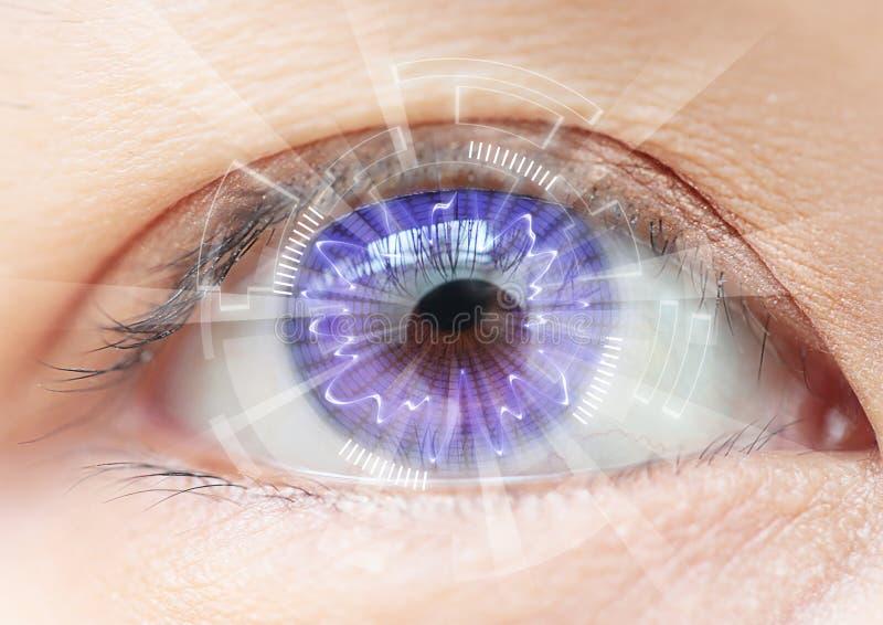 Technologie en gros plan d'oeil de femmes : verre de contact photographie stock