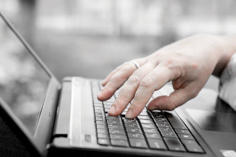 Technologie en mededeling, het werk bij het toetsenbord met laptop in openlucht, stock afbeeldingen