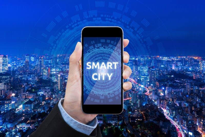 Technologie futée de ville d'exposition de femme d'affaires au téléphone portable images stock