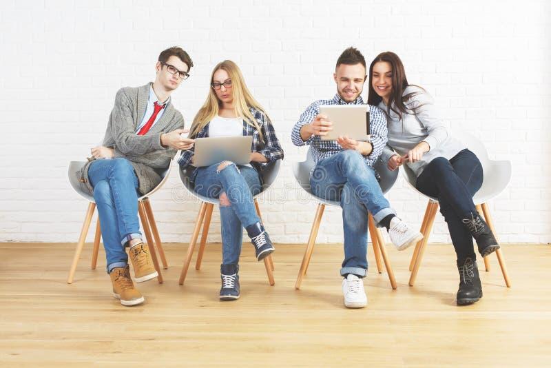 Technologie, groepswerk en mededeling stock foto