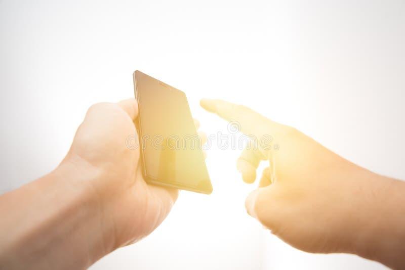 Technologie in Ihrem Handkonzept Intelligentes Telefon des Handgriffs stockfotos