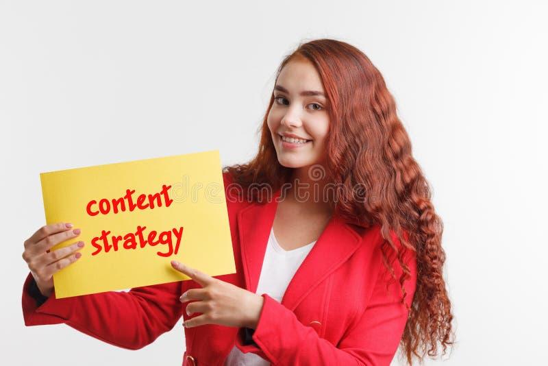 Technologie, Internet, affaires et vente Jeune mot d'écriture de femme d'affaires : stratégie satisfaite photos stock