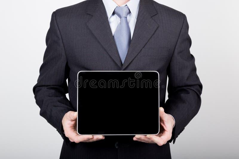 Technologie, Internet en voorzien van een netwerk in bedrijfsconcept - zakenman die een tabletpc met het lege donkere scherm houd royalty-vrije stock afbeelding