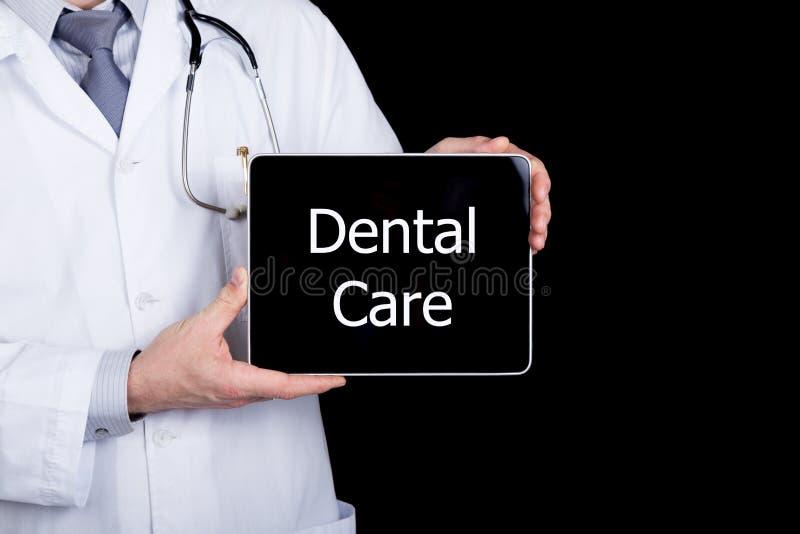 Technologie, Internet et mise en réseau dans le concept de médecine - soignez tenir un PC de comprimé avec le signe de soins dent images stock