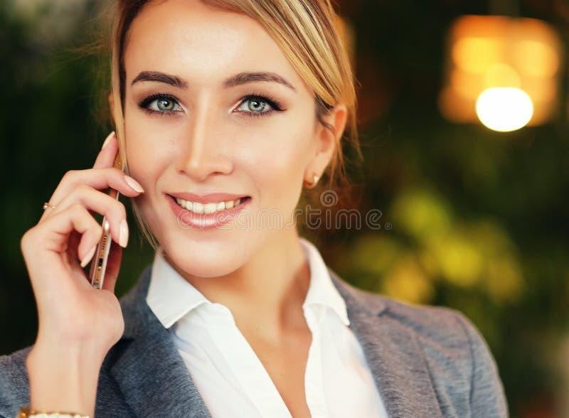 Technologie, mededeling en mensenconcept - gelukkige jonge vrouw die smartphone uitnodigen stock foto