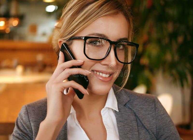 Technologie, mededeling en mensenconcept - gelukkige vrouwencalli royalty-vrije stock afbeeldingen