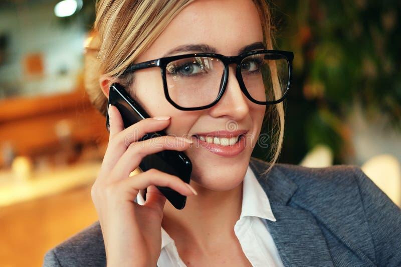Technologie, mededeling en mensenconcept - gelukkige vrouwencalli royalty-vrije stock afbeelding