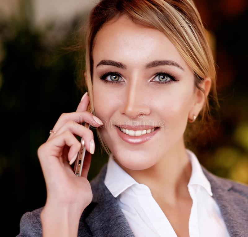Technologie, mededeling en mensenconcept - gelukkige vrouwencalli stock foto