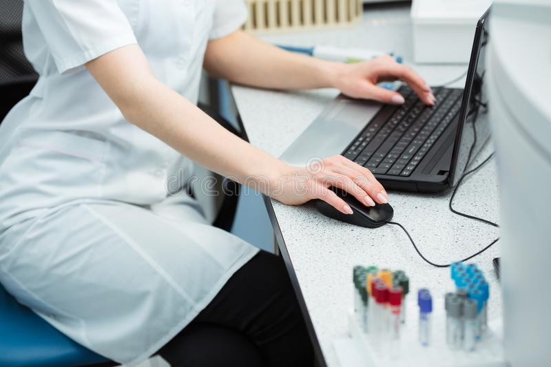 Technologie moderne en science Données entrantes de scientifique des résultats d'analyse ou de recherche à l'ordinateur portable  photos stock