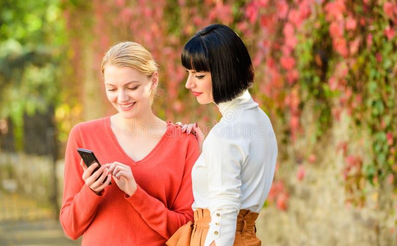 Technologie neuve achetez en ligne sur le cyber lundi Achats en ligne de Black Friday l'information de part Filet social Regardez image libre de droits