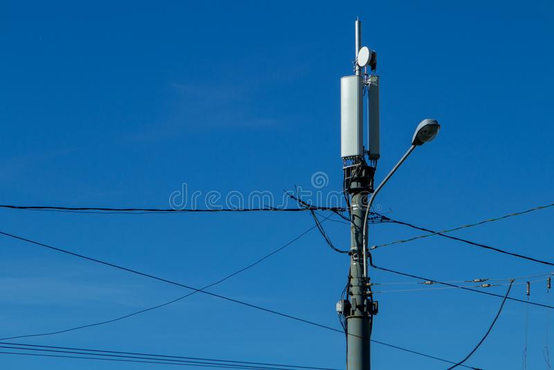 Technologie op de bovenkant van de telecommunicatie 4G, LTE-GSM torenantenne, zender, blauwe hemel stock fotografie