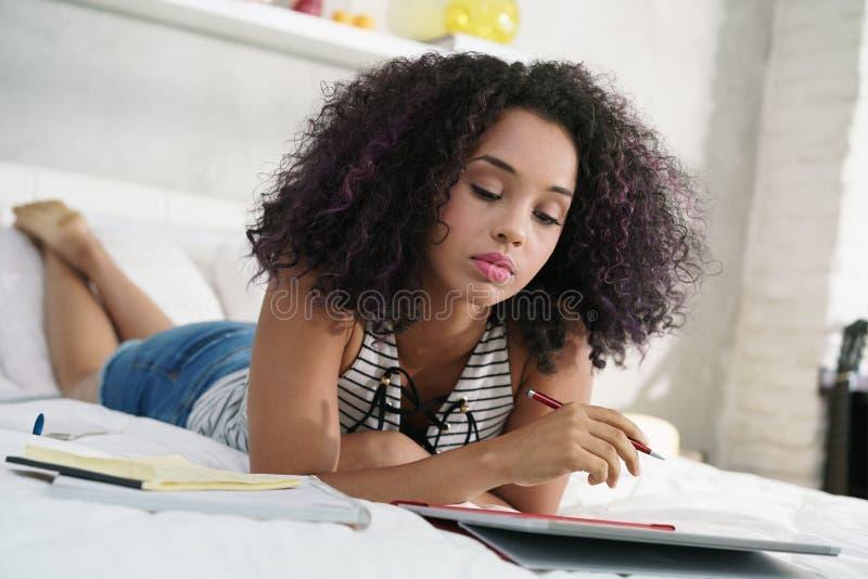 Technologie pour la jeune femme hispanique étudiant avec l'ordinateur portable photo stock