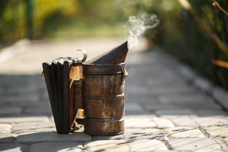 Technologie van beroking van bijen Bedwelmende rook voor veilige honingsproductie royalty-vrije stock foto