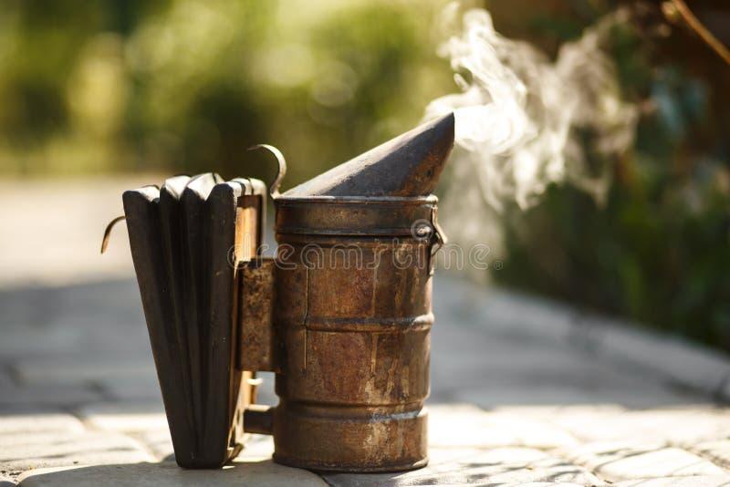 Technologie van beroking van bijen Bedwelmende rook voor veilige honingsproductie stock foto's