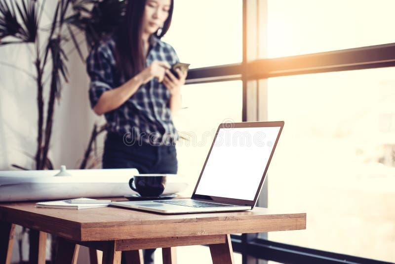 Technologie in werkplaatsconcept Jonge Aziatische bedrijfsvrouw stock foto