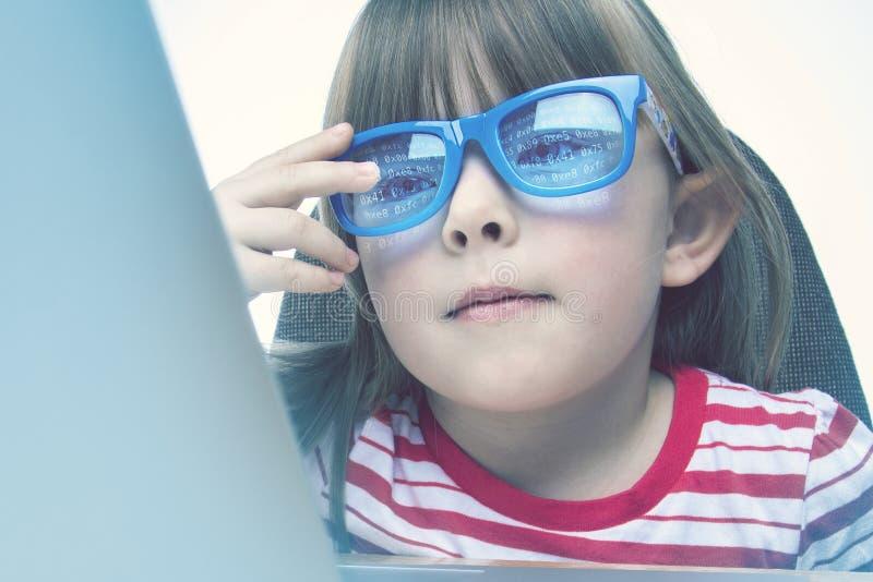 Technologiegeniekonzept Wenig Mädchen, das auf einem Laptop programmiert lizenzfreies stockfoto