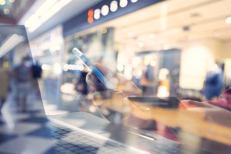 Technologiegeschäft und Arbeitskonzept Schließen Sie herauf Mannhand unter Verwendung des Smartphone stockfotos