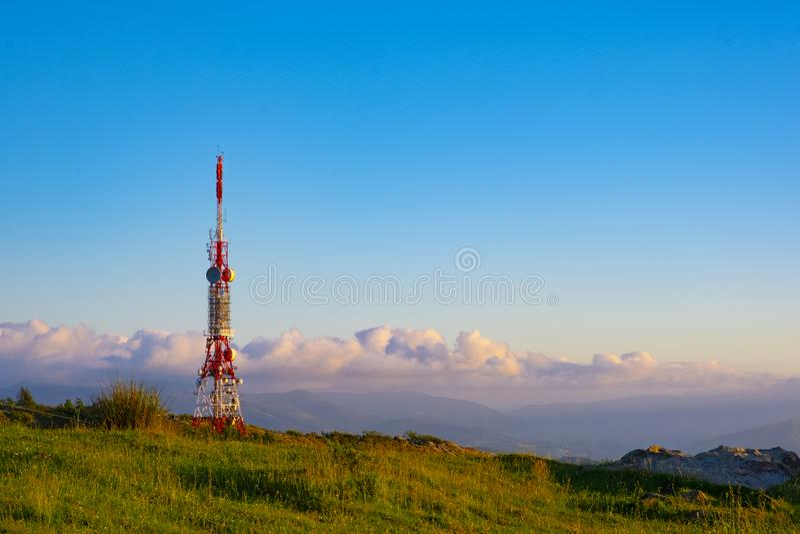 Technologien, Telekommunikation ragen für Telefonie und Datenübertragung hoch stockbilder