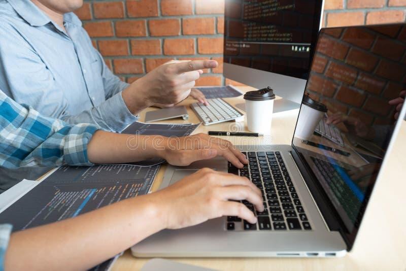 Technologies de collaboration de promoteur de site Web de Software Engineers de travail ou codage travaillant de programmeur sur  photos stock