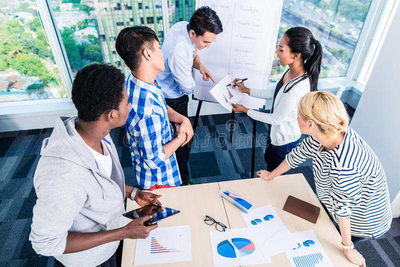Technologiestartteam, das Produktschaltplan bespricht lizenzfreie stockfotos