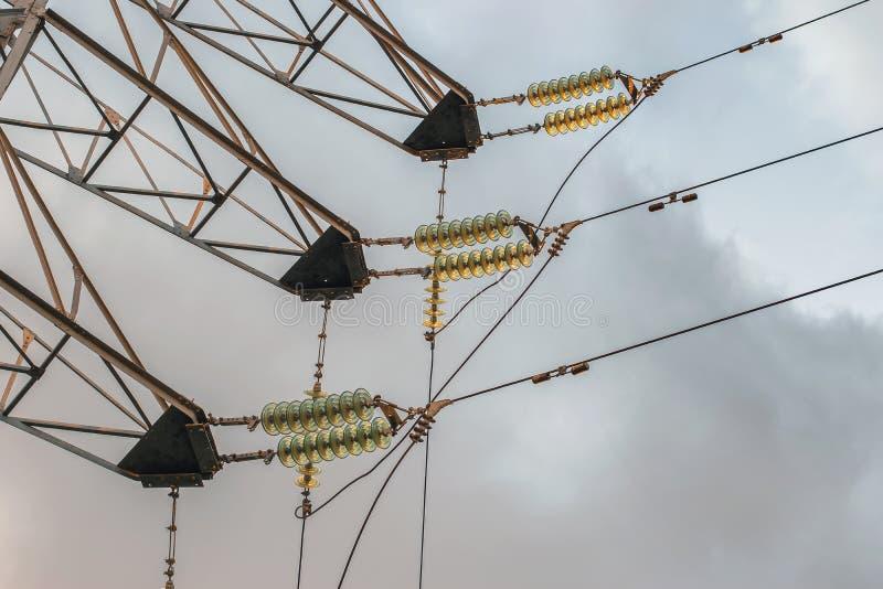 Technologiestrom auf Drähten mit Isolatoren und elektrischer Spannung der hohen Leistung stockbild