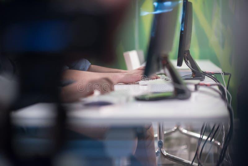 TechnologieStudentengruppe, die in der Computerlaborschulklasse arbeitet lizenzfreie stockbilder