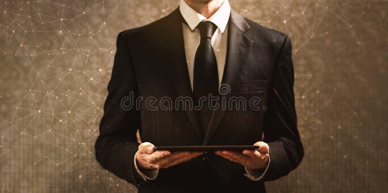 Technologieverbindingen met net met zakenman die een tabletcom houden royalty-vrije stock afbeelding