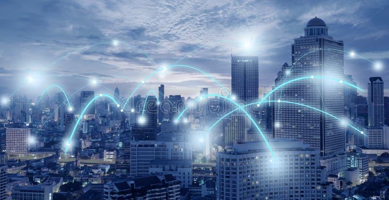 Technologii łączliwość ruchliwie w mieście w błękitnym brzmieniu fotografia stock
