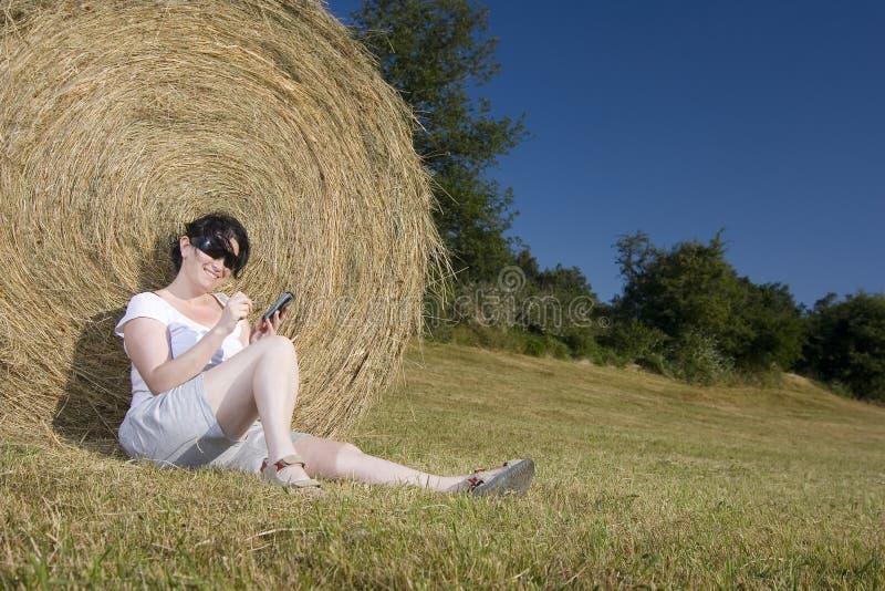 technologii komunikacyjnej kobiety potomstwa fotografia royalty free