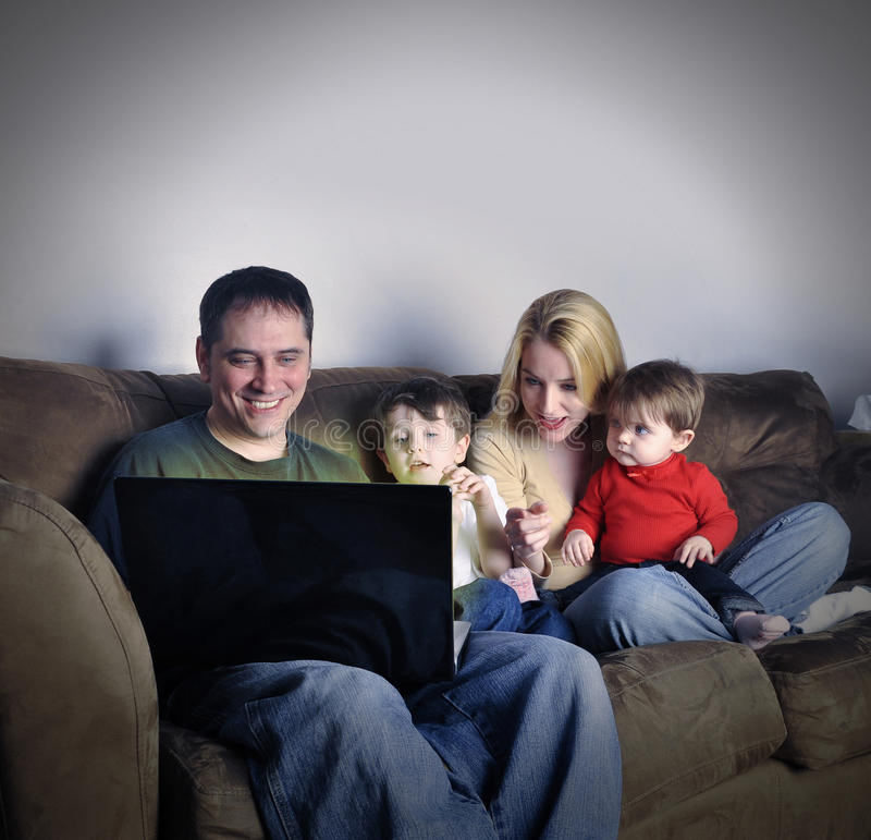 Technologii rodzina na laptopie w domu fotografia royalty free