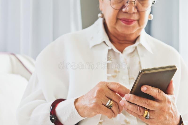 technologii starsza kobieta zdjęcie royalty free