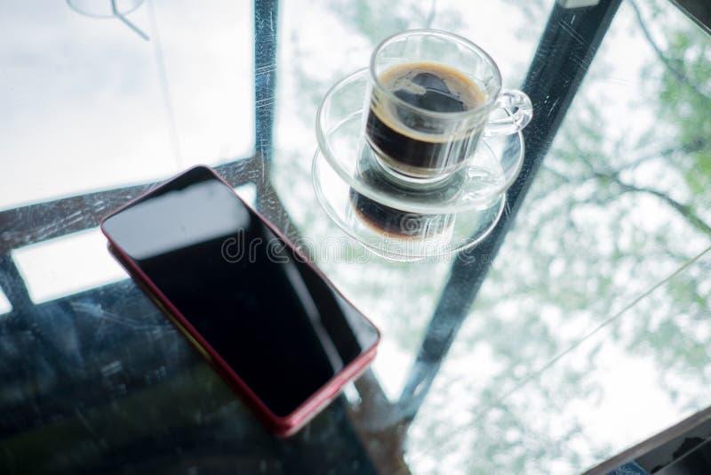 Technologii tła odgórnego widoku filiżanki i telefonu komórkowego miejsce zdjęcie stock
