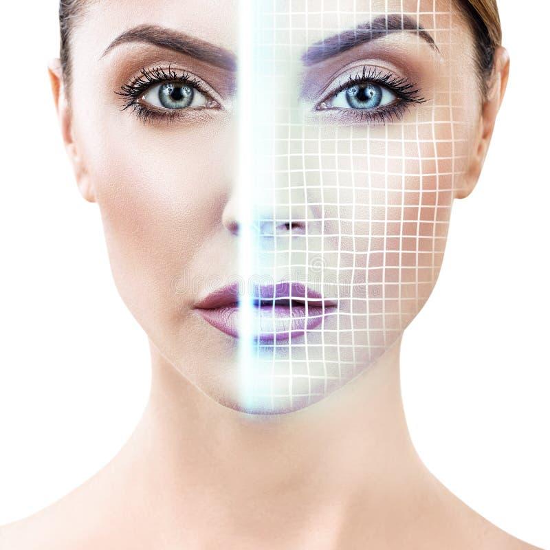 Technologisch aftasten van gezicht van jonge vrouw stock foto's
