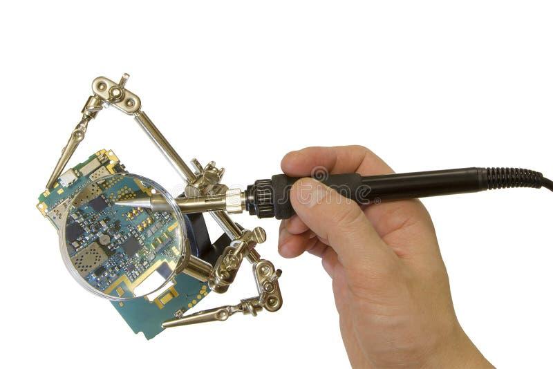 Technologisch proces om spaanders te solderen met behulp van het overdrijven van hulpmateriaal royalty-vrije stock foto