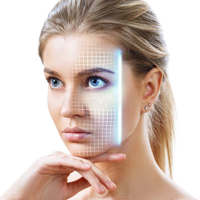 Technologisches Scannen des jungen Gesichtes der Frau lizenzfreie stockfotografie