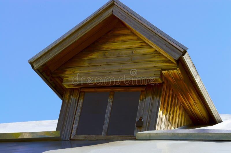 Techo ático de una vieja casa de madera fotos de archivo libres de regalías
