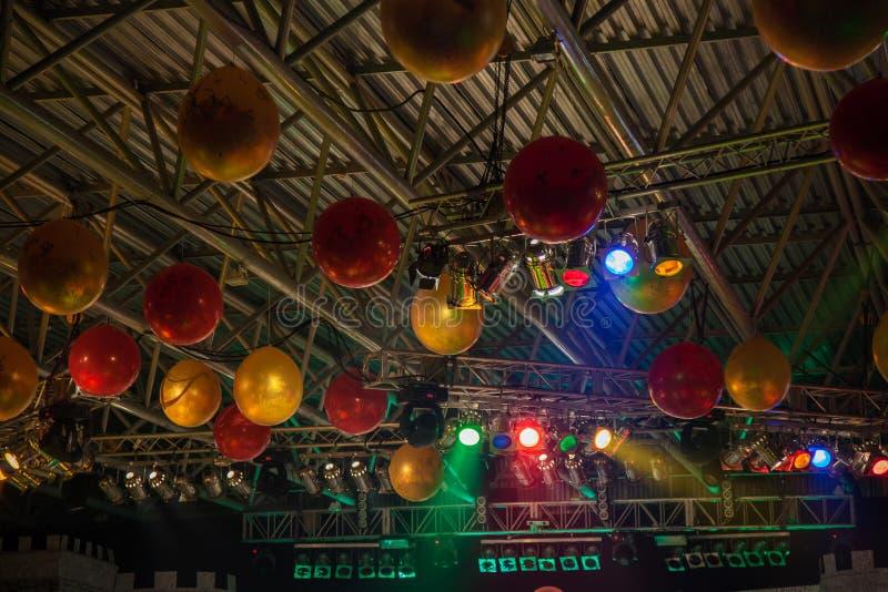 Techo adornado con los globos foto de archivo