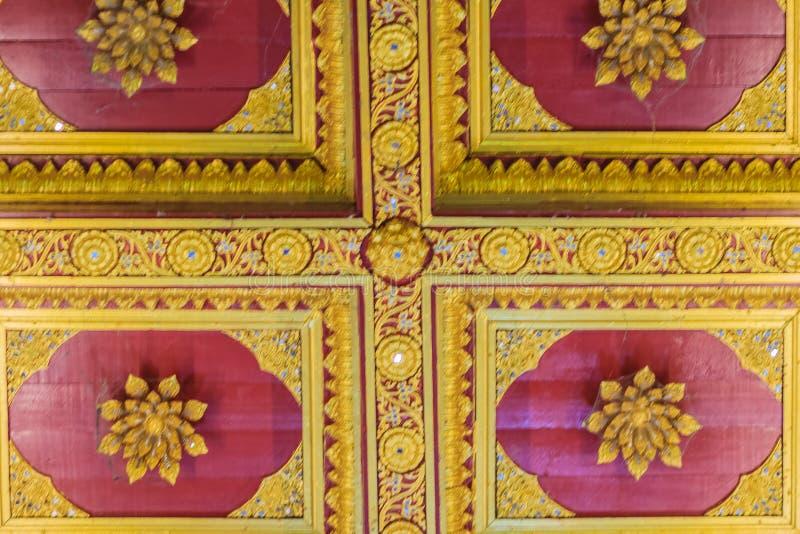 Techo adornado de oro hermoso en forma del loto con la lámpara en t imagen de archivo