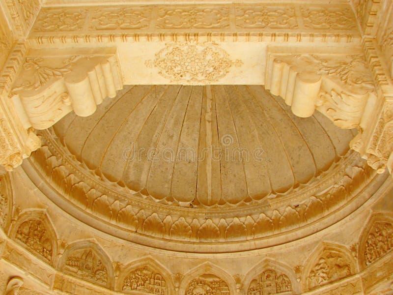 Techo adornado de un cenotafio en Gaitore, Jaipur, Rajasthán, la India imagen de archivo libre de regalías