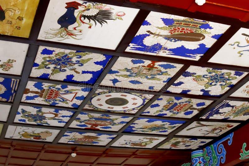 Techo adornado de un templo en los jardines chinos de Dragon Pool negro en Jade Spring Park, Lijiang, Yunnan, China fotografía de archivo libre de regalías