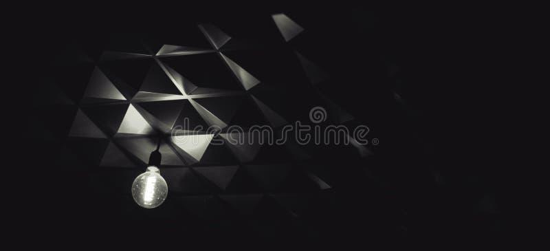 Techo blanco y negro de la forma de la pirámide de la bombilla imágenes de archivo libres de regalías