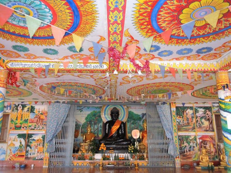 Techo colorido con Buda negro en Wat Phra See Mee Chai , Vang Viang, Laos fotos de archivo libres de regalías